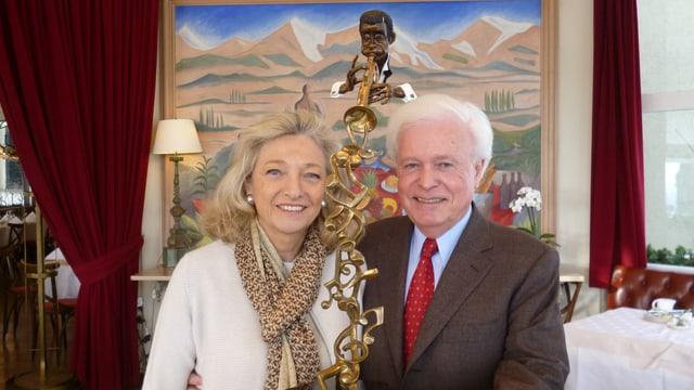 Marianne Gauer und Hans Zurbrügg - mit Skulptur des Bildhauers Carlos Aguilar y Linares und Gemälde von Marie Hugo.