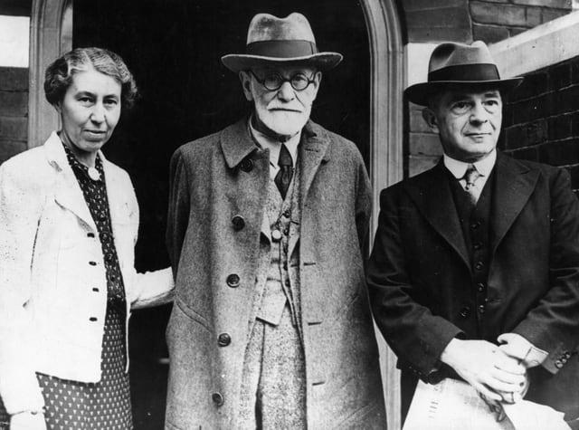 Freud mit seiner Frau Martha und einem anderen Mann.