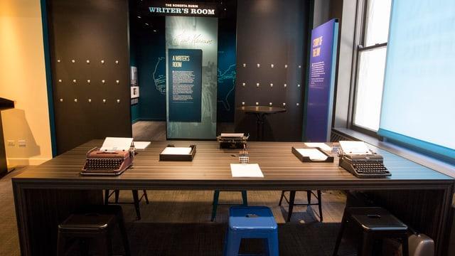 Drei Schreibmaschinen auf einem Tisch in einem «Writer's Room»
