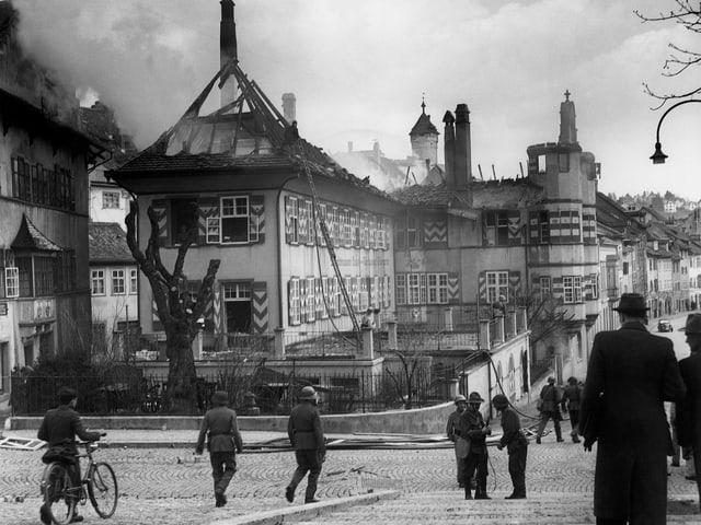 Trümmer und Brandruinen in der Stadt Schaffhausen.