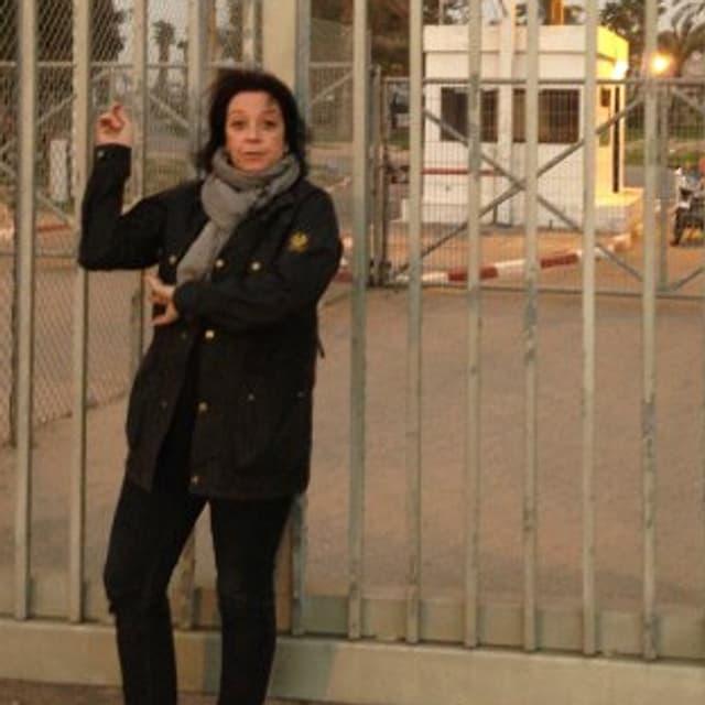 Katrin Sandmann steht vor dem Grenzübergang zu Palästina.