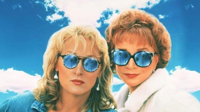 Meryl Streep und Shirley MacLaine posieren mit Sonnenbrillen.