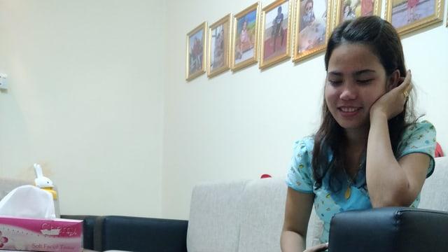 Chit Su Win, die Frau von Kyaw Soe Oo, in ihrer Wohnung beim Interview.