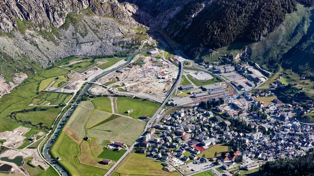 Luftaufnahme von Andermatt, neben dem Dorf eine grossflächige Baustelle.