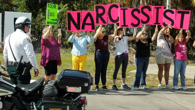 Frauen protestieren gegen Trump.
