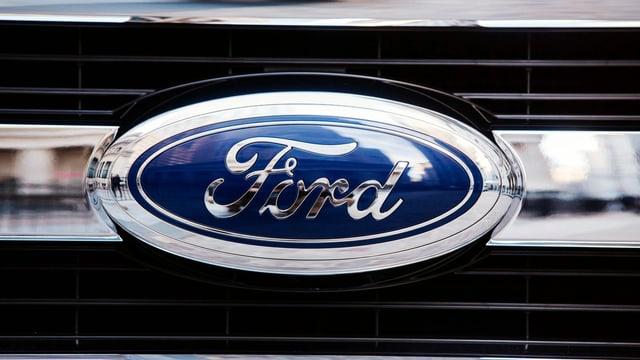 Ein Ford-Zeichen auf einem Kühlergrill