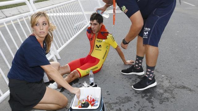Jonathan Castroviejo sitzt auf dem Boden.