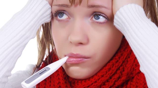 Frau mit Fibermesser im Mund.