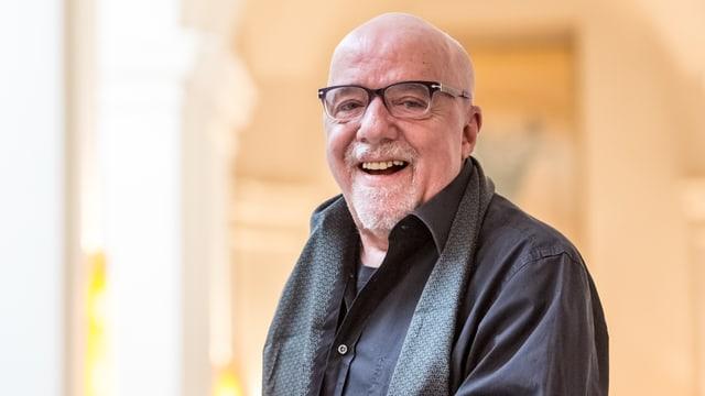 Paulo Coelho lacht.