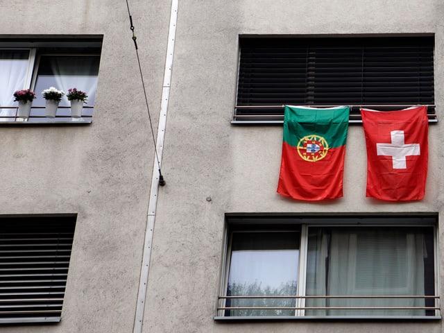 zwei flaggen von balkon