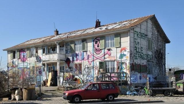 mit Graphitis bemalte zweistöckige Villa Rosenau noch unversehrt