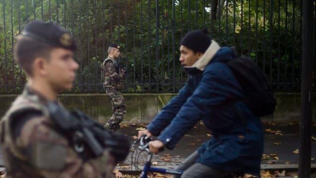 Anc adina patruglieschan schuldads cun buis per las vias da Paris.