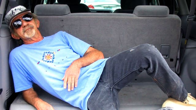 Mann im Laderaum eines Autos