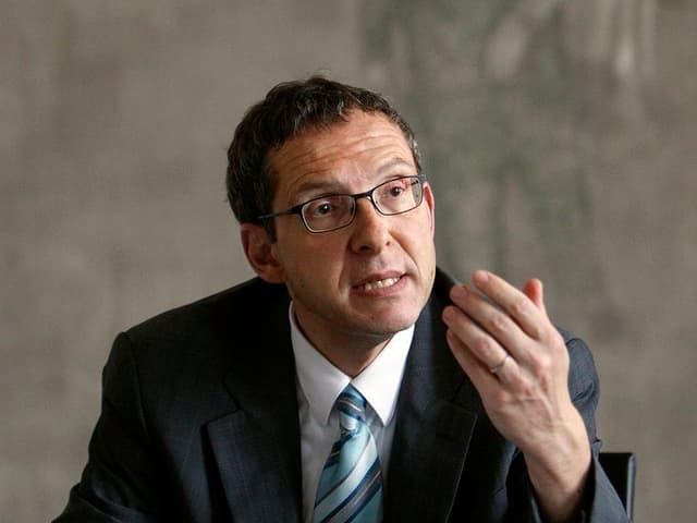 Jürg Hofmann, Regierungsrat im Kanton Aargau, gestikuliert während eines Gesprächs.