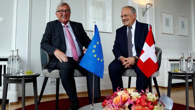 Juncker und Schneider-Ammann sitzen nebeneinander.