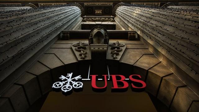 UBS-Logo im gewölbten EIngang zur UBS-Hauptfiliale in Zürich.