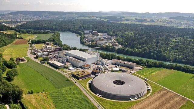 Luftaufnahme des Paul Scherrer Instituts, rundum landwirtschaftliches Land und die Aare.