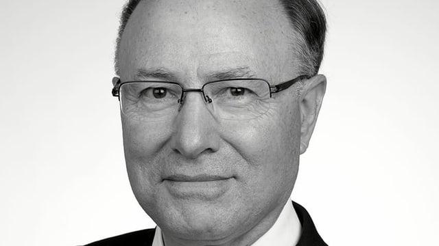 Ein mann mit Brille und Anzug.