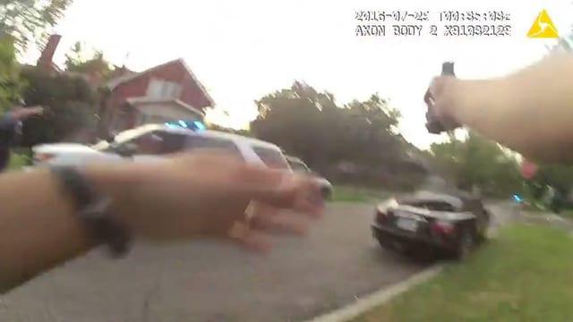 Strasse mit Polizeiauto und Haus