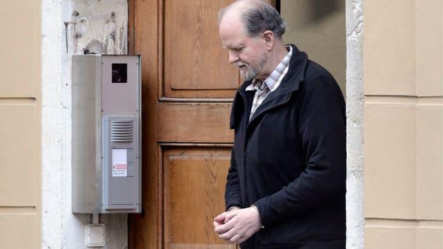 Peter Hans Kneubühl verlässt das Gerichtsgebäude.