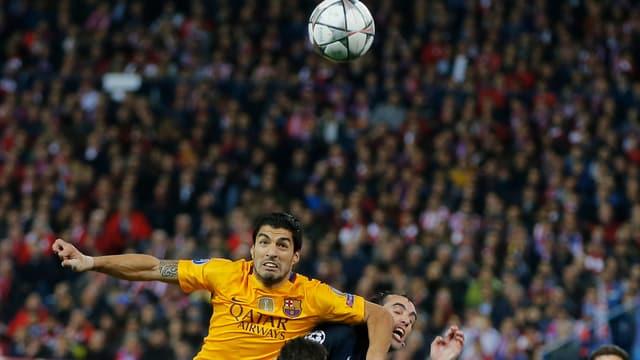 Barcelonas Luis Suarez drängt Diego Godin ab.