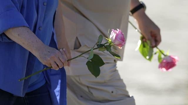 Trauernde in Lac-Mégantic marschieren mit Rosen in den Händen. (reuters)