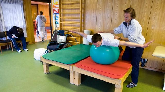 Die Physiotherapeutin bei der Arbeit.