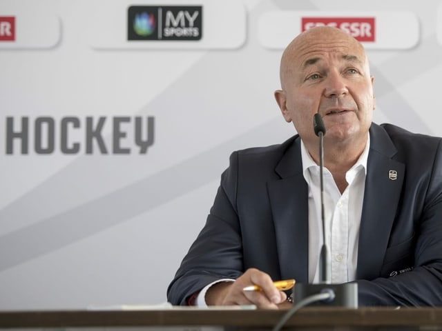 Denis Vaucher redet in ein Mikrofon.