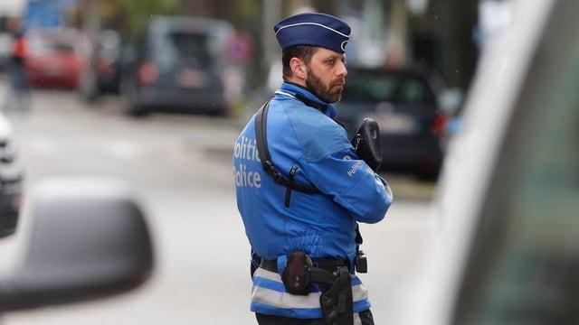 In polizist beltg cun arma