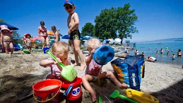 Kinder spielen am Bodensee