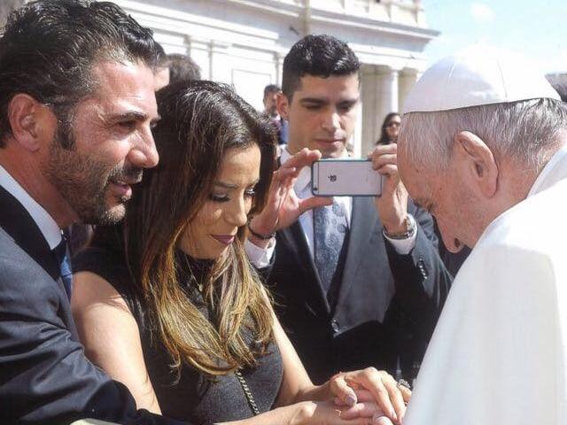 Eva Longoria und José Bastón halten die Hand des Papstes.
