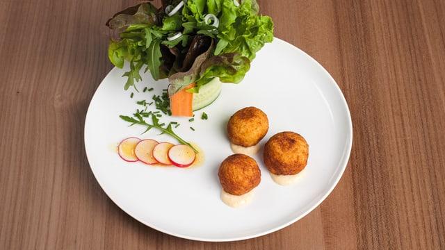 Kartoffelpralinen und Salatbouquet.