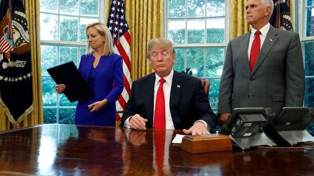 Donald Trump, Kirstjen Nielsen und Mike Pence.