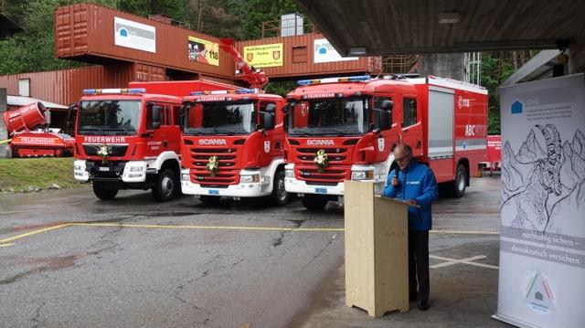 Markus Feltscher, il directur da l'Assicuranza d'edifizis dal Grischun preschenta ils novs vehichels.