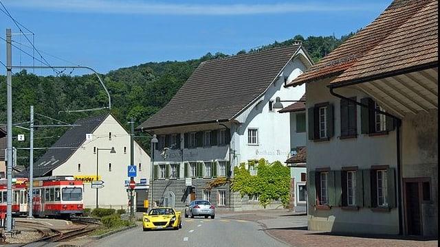 Dorf Hölstein mit Autos und Waldenburgerbahn