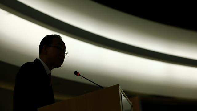 Ban Ki-Moon vor einem Mikrofon im Gegenlicht.
