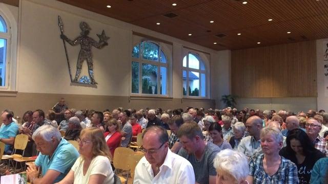 Der Gemeindesaal in Menziken war voll. Auf dem Bild sind sehr viele Menschen zu sehen.