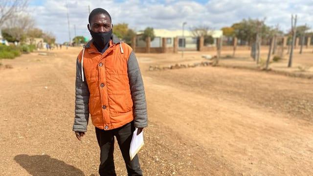 Sozialarbeiter Frans Magwele zu Fuss unterwegs auf einer Landstrasse