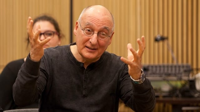 Portrait von dem gestikulierenden Hörspiel-Regisseur David Zane Mairowitz.