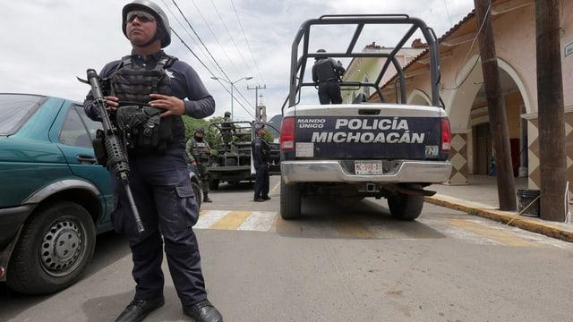 Ein Polizist in Mexiko, schwer bewaffnet, mit schussicherer Weste