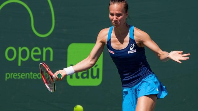 Viktorija Golubic schlägt eine Vorhand.