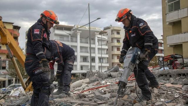 Männer helfen bei der Suche nach Verletzten.