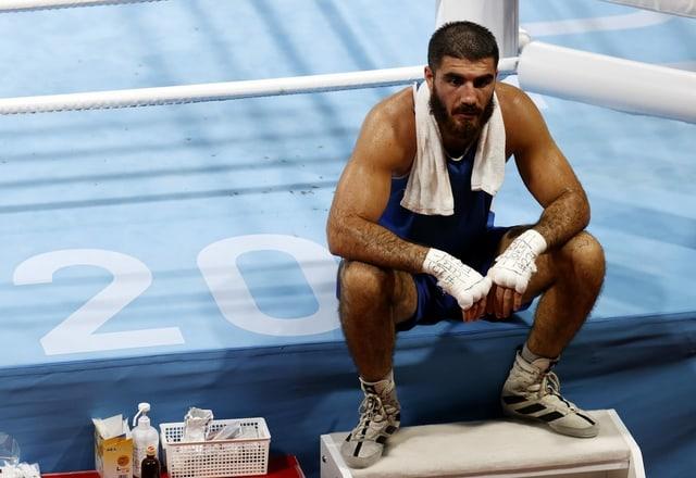 Mourad Aliev sitzt aus Protest nebem dem Box-Ring