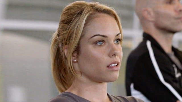 Die junge blonde Stürmerttrainerin Christy