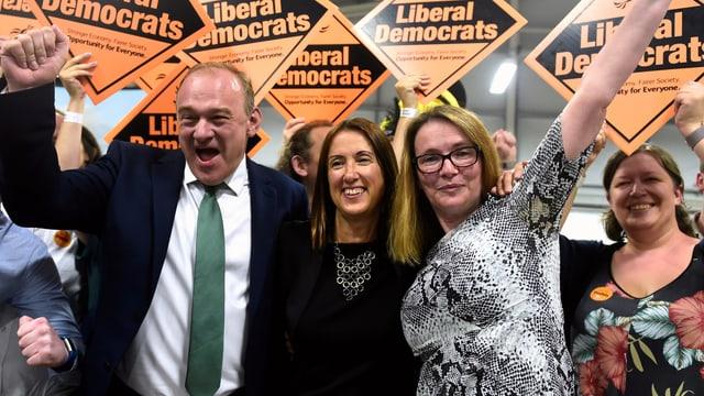 Jane Dodds umringt von Parteifreunden der Liberaldemokraten, sie freuen sich sichtlich.