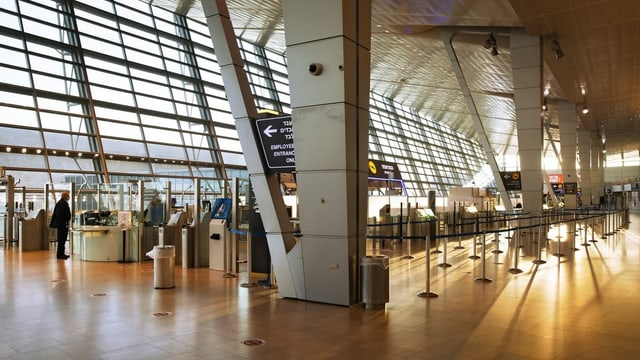 Schalterhalle des Flughafens.