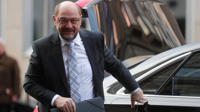 Schulz verlässt ein Auto.