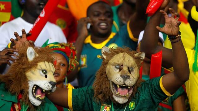 Kamerun Fans mit Löwenmasken
