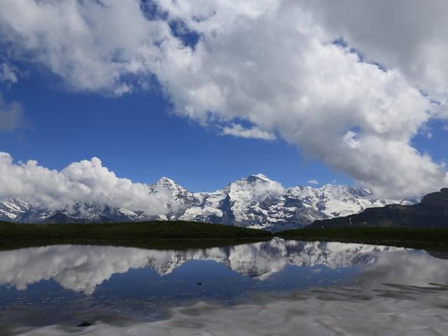 In einem See spiegelt sich das Panorama.