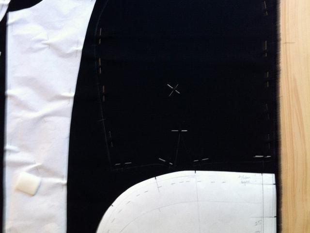 Das Schnittmuster mit weissem Kreidestift auf den Stoff übertragen.